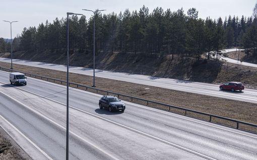 Moottoritien nopeusrajoituksia ei olla nostamassa 140 kilometriin tunnissa – Näin ministeri Harakka perustelee