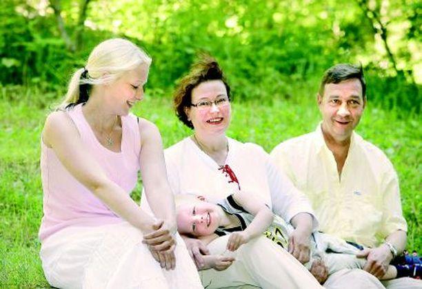 - Kasper on yhdistänyt perheemme uudella tavalla, Eija sanoo vierellään tyttärensä Tanja ja miehensä Kauko.