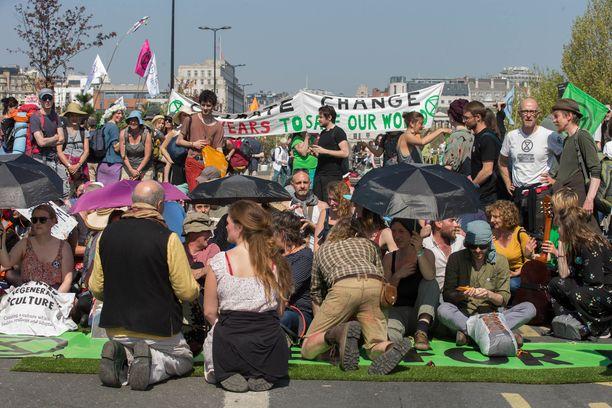 Mielenosoittajia asettui Waterloon sillalle.
