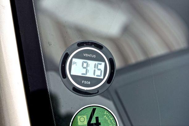 Moni unohtaa vanhan parkkikiekon lojumaan autoon, kun asentaa tuulilasiin digitaalisen mittarin. Ja parkkisakko saattaa mäjähtää.