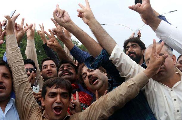 Opposition kannattajat juhlivat oikeuden päätöstä pääkaupunki Islamabadin kaduilla.
