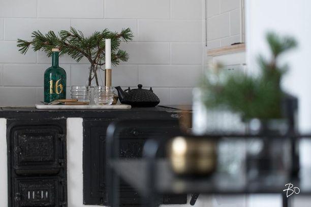 Männynoksat maljakossa tuovat pikavauhtia joulun kotiin. Messinkinen kynttilänjalka tuo lämmintä tunnelmaa ja juhlavuutta sisustukseen. Havun oksilla voi myös koristella kattausta.