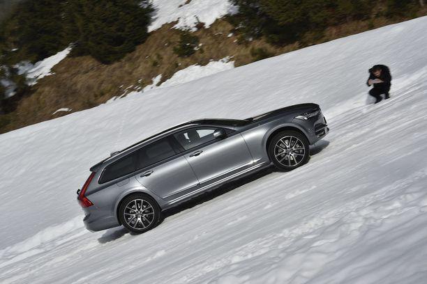Suomalaisautoilijan itsesuojeluvaisto kehottaa pysymään pois jyrkästä lumisesta rinteestä. Mutta kun käsketään, silloin mennään, eikä onneksi tarvitse pettyä, sillä Volvo V90 Cross Country selviää hämmästyttävän hyvin jyrkästä ylä- ja alamäestä.