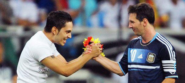 Fani kiittää Messiä Saksan fanirihkamalla, Argentiina voitti ystävyysottelun 3-1. Messi osui kerran.