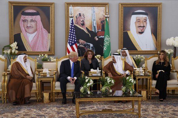 Presidentti Trump tapasi lauantaina Saudi-Arabian kuningas Salmanin Riadissa.