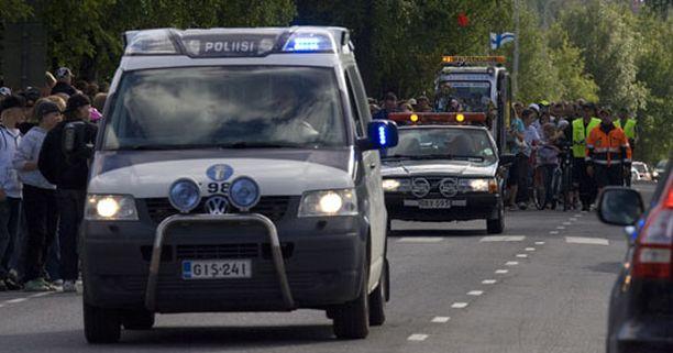 Kaivuri-Jukan matka lähenee loppuaan. Poliisisaattue turvaa matkan viimeisiä metrejä.