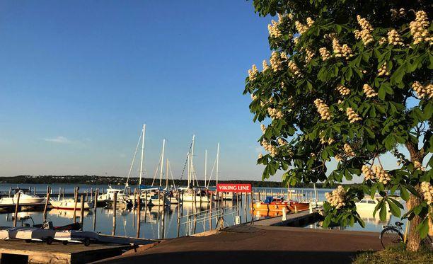 Laivaliikenne on Ahvenanmaalle tärkeää. Kuvassa Maarianhaminan satama.
