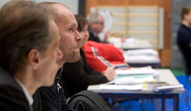 Jere Karalahti kuunteli syytteidenlukua Vantaan vankilan istuntosalissa.