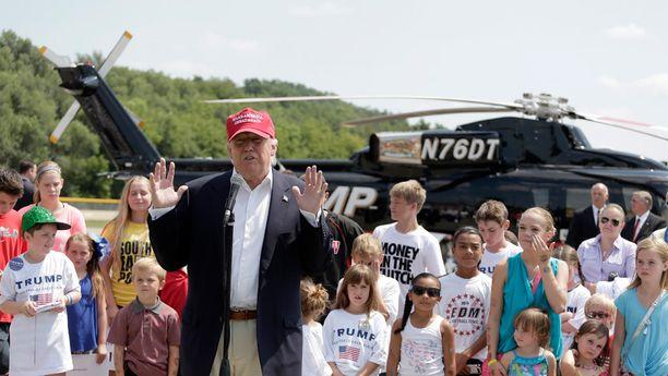 Donald Trump saapui helikopterilla Des Moinesiin Iowaan ja vei kuvan lapset helikopterilennolle lauantaina.