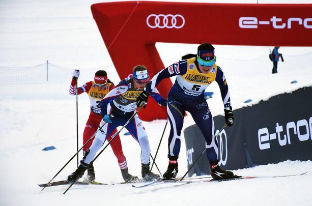 Krista Pärmäkoski (edessä) sopi vuorovedosta takana tulevan Jessica Digginsin kanssa. Venäjän Julia Belorukova ei ollut mukana yhteistyössä.