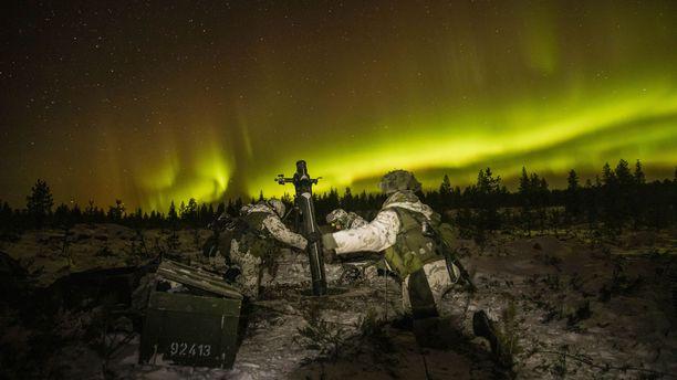 Kaartinjääkäri Karl-Jakob Sederholm toimii maavoimien harjoituksessa taistelukamerakuvaajana. hän otti huikeita kuvia revontulien valaisemista harjoituksista Rovajärvellä.