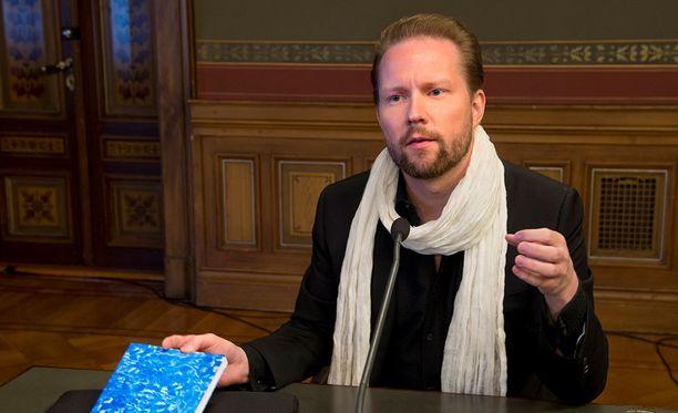 Filosofi Pekka Himanen esitteli Sinistä kirjaa Helsingin Säätytalolla vuonna 2013.