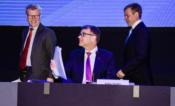 Pääministeri Juha Sipilä esiintyi rennosti yleisön edessä. Vasemmalla Kimmo Tiilikainen ja oikealla Petteri Orpo.