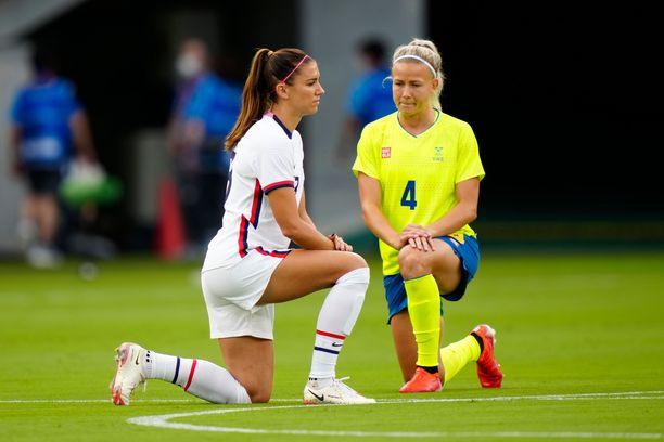 Yhdysvaltojen Alex Morgan ja Ruotsin Hanna Glas polvistuivat ennen ottelua keskiviikkona.