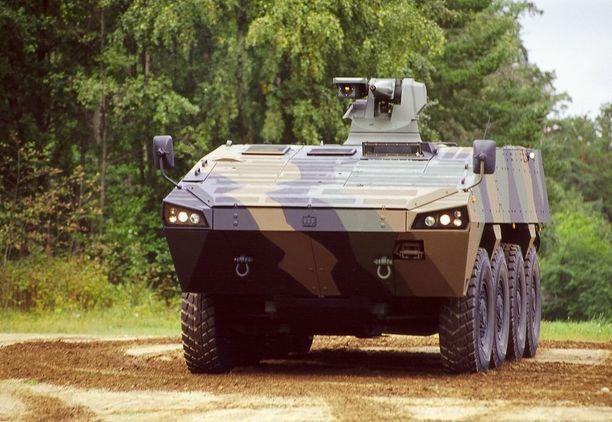 Suomalaisen liikemiehen piti esitellä Ugandassa Patrian panssaroitua AMV 8x8 -ajoneuvoa. AMV:stä nousi kohu tammikuussa, kun norjalaismedia julkaisi videon, jonka perusteella Patrian Suomen hallituksen luvalla Arabiemiraateille myymää ajoneuvoa olisi käytetty Jemenin sisällissodassa.