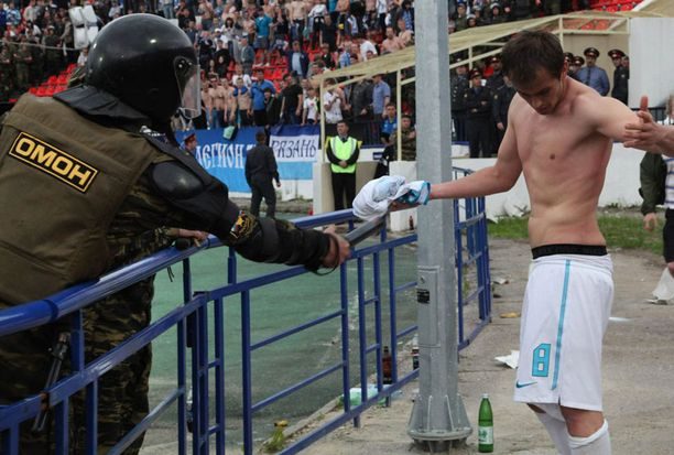 Tähän ottelu päättyi. Danko Lazovic sai sähköosuman poliisin lamauttimesta 18. kesäkuuta.