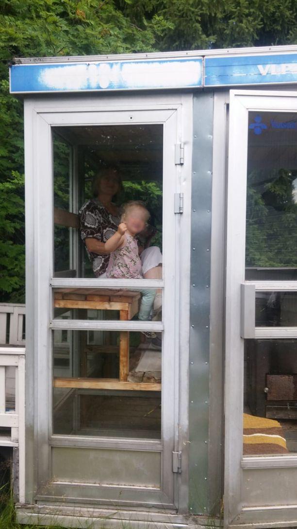Puhelinkoppisauna on Martin pihasauna, jossa hän heittää löylyä aina kesäisin. Koppisaunaan mahtuu kolme saunojaa samaan aikaan.