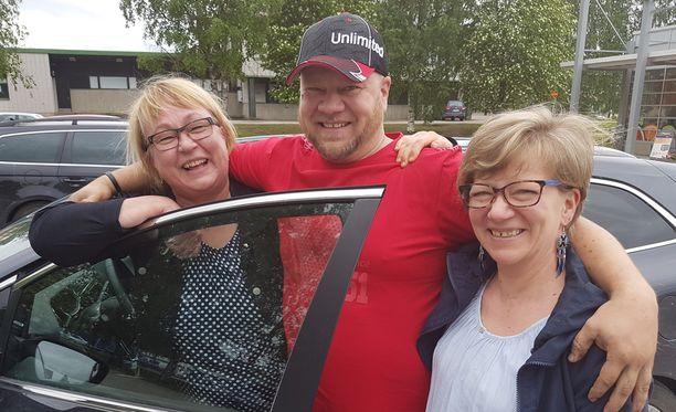 Ei vielä lottovoittoa. Tuija Vartiainen (vas.), Mikko Hauhia ja Elina Savokallio tietäisivät kyllä, mitä voittorahoilla tekisivät.