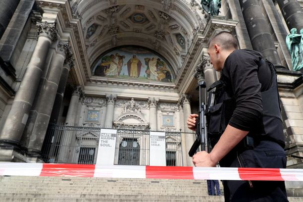 Poliisi valvoi Berliinin tuomiokirkon sisäänkäyntiä sen jälkeen, kun paikalla riehunut mies oli taltutettu ampumalla.