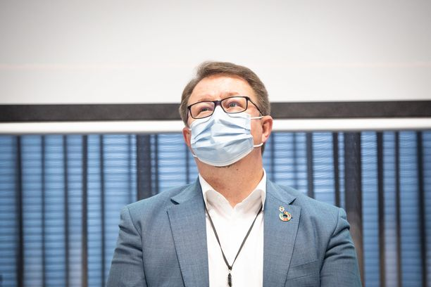 Salmisen mukaan vaikeinta tieteen ja terveyspolitiikan yhdistäminen oli keväällä, kun pandemian tukahduttamisesta käytiin vakavaa keskustelua.