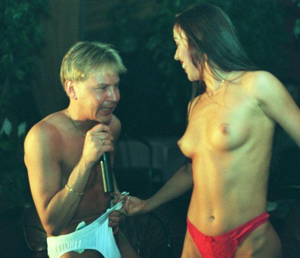 Matti Nykänen esiintyi stripparina Järvenpäässä vuonna 1998.
