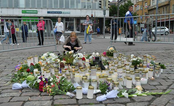 Turun iskussa haavoittui kymmenen ihmistä, joista kaksi kuoli. Kaupungin keskusta-alue täyttyi kukista ja kynttilöistä.