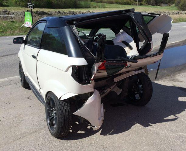 Rattijuopon törttöily aiheutti pahaa jälkeä. Kuvan mopoauto sai henkilöauton peräänsä.