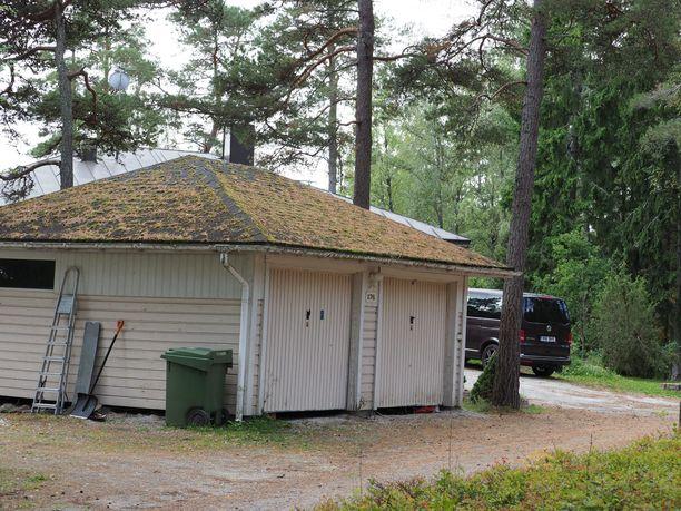 Autotalli  Airiston Helmen kiinteistön yhteydessä Ybbersnäsissä. Paikalla tehtiin etsintöjä viikonloppuna.