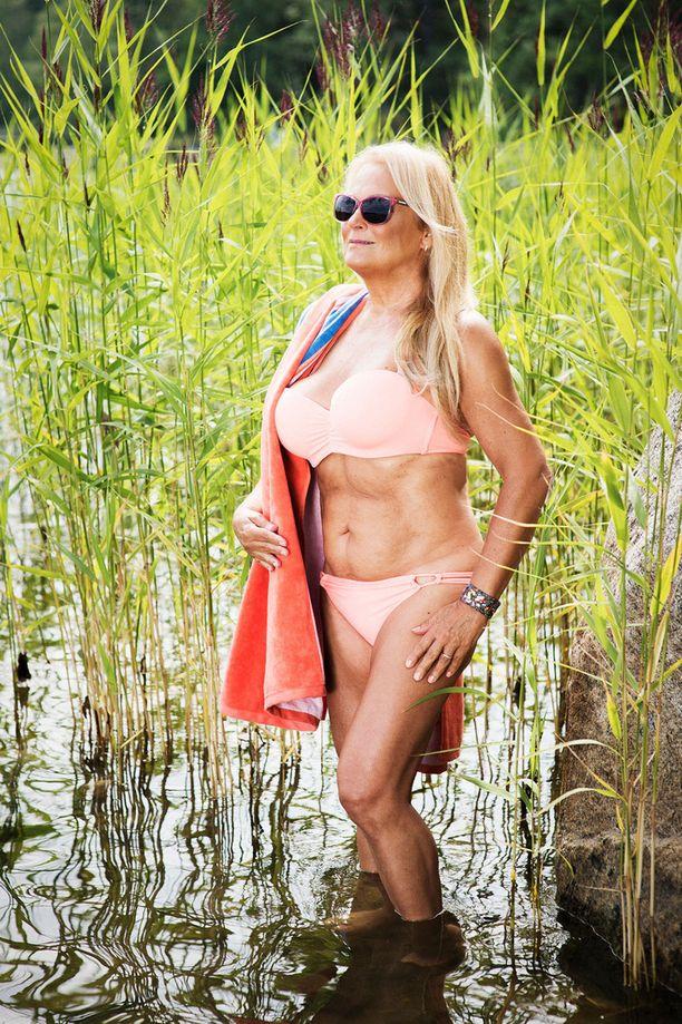 Bikinit Lindex, aurinkolasit Converse, rannekoru House of Elliott, pyyhe Gant.