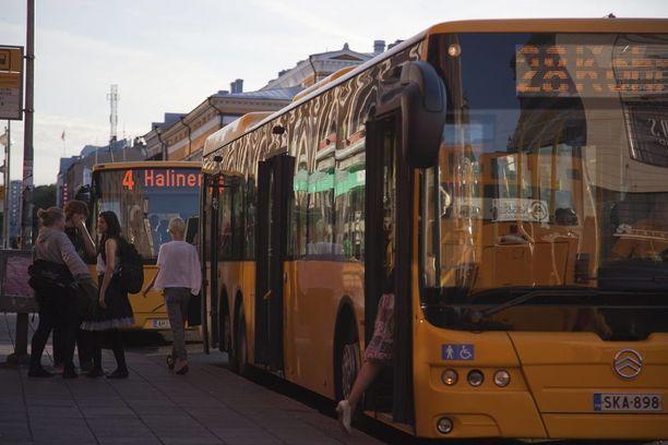 Tapaus sattui kaupunkibussissa numero 18 viime sunnuntaina. Kuvassa autoja Turun Kauppatorin laidalla.