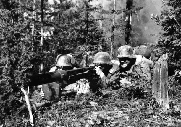 Edvin Laineen ohjaamassa Tuntemattomassa sotilaassa vuodelta 1955 useimmilla näyttelijöillä oli omaa kokemusta rintamalta.