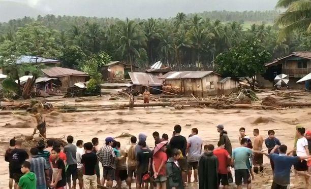 Tulvavedet ja mutavyöryt ovat vieneet mukanaan kokonaisia kyliä.