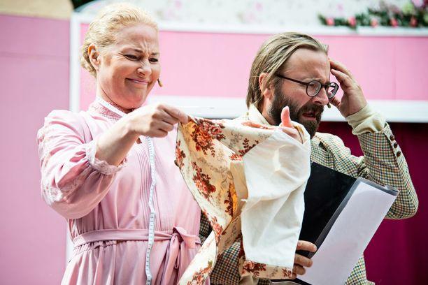 Miia Nuutila näyttelee Emmetiä esittävän Johannes Korpijaakon vaimoa. Hänet nähdään Pokka pitää -näytelmässä myös toisessakin roolissa.