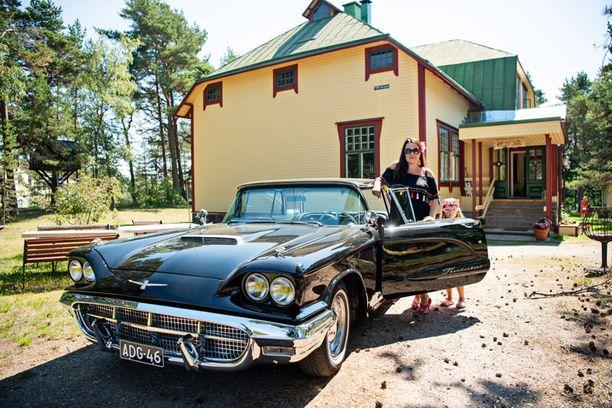 Villa Reginan suunnittelija Hjalmar Åberg suunnitteli myös Tampereen kauppahallin. Vuoden 1960 Ford Thunderbird oli Tuulia Rajakonnun isän auto. Rajakonnut ostivat sen takaisin neljä vuotta sitten.