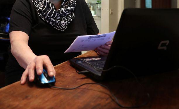 Finanssialan selvityksen mukaan valtaosa Suomen senioreista käyttää verkkopankkia.