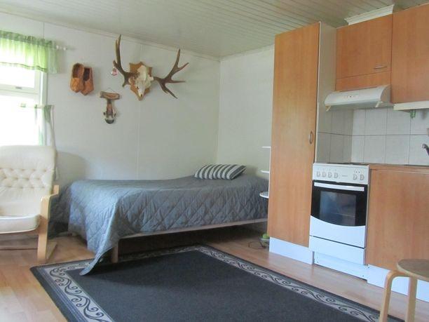 Säilytystilaa saisi roimasti lisää, kun esimerkiksi sängyn päätyosan seinälle asentaisi hyllyjä.