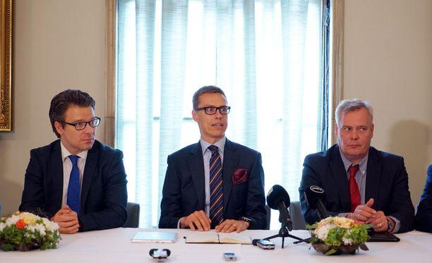 Hallituspuolueet kokoontuivat eduskuntaan tekemään tunnustelemaan hallitusneuvotteluita maanantaina.