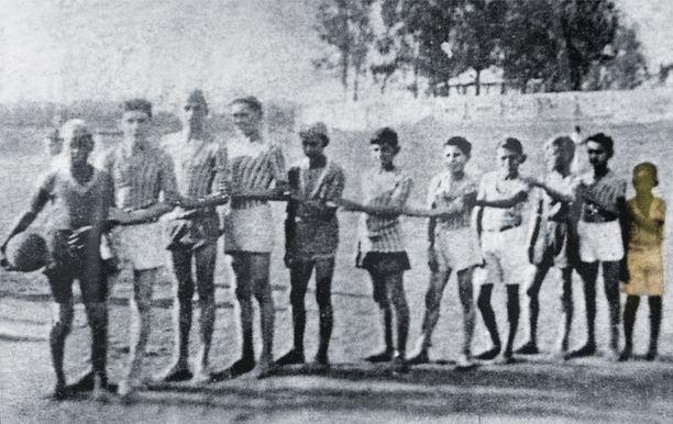 Pelén ensimmäinen juniorijoukkue pelasi ilman kenkiä. Pelé on joukon pienikokoisin poika kuvassa oikealla. Ensimmäiset jalkapallokengät Pelé sai lahjoituksena olleessaan 12-vuotias.