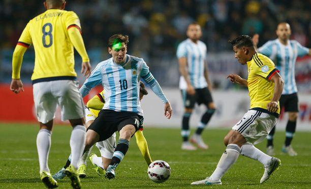 Messi joutui karistamaan kannoiltaan paitsi vastustajia myös laserin.