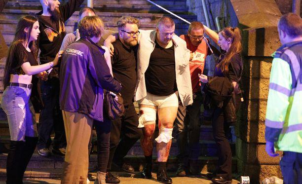 Miesuhria autettiin pois areenalta maanantai-iltana. Hän oli saanut sitomista vaativia haavoja.