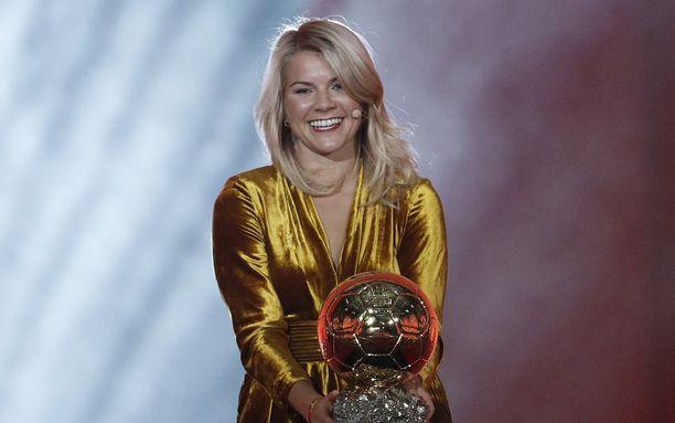 Ada Hegerbergille esitettiin hämmentävä kysymys maanantai-iltana palkintojenjakotilaisuudessa.