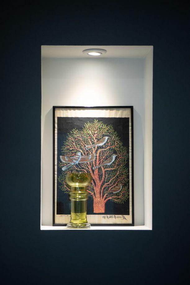 Asunnon vessassa on seinään upotettu hylly, jonne asukas voi laittaa koristeeksi kauneimmat esineensä.