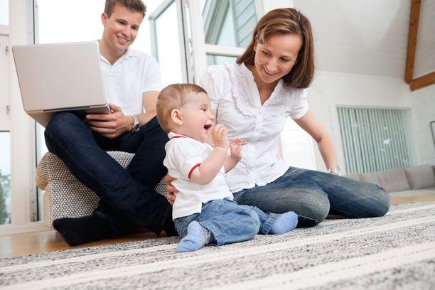 55 prosenttia vastaajista katsoi, että naiset kantavat suuren osan vastuusta pienten vauvojen hoitamisesta.