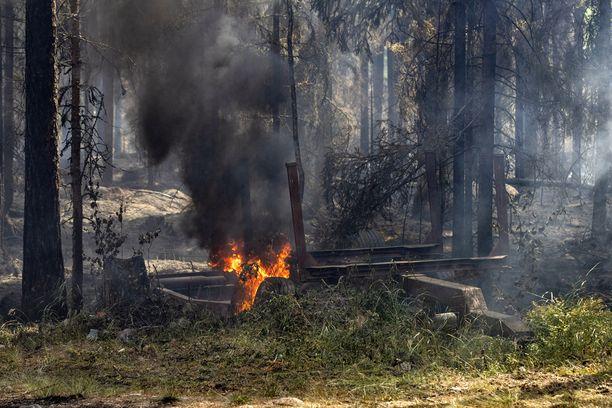 Tulipaloalueella on tulessa myös metsässä olevia kärryjä.