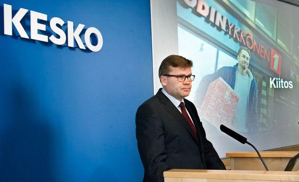 Kesko kertoo alentaneensa satojen tuotteiden hintoja viime vuoden lopulta lähtien. Arkistokuvassa Keskon pääjohtaja Mikko Helander.