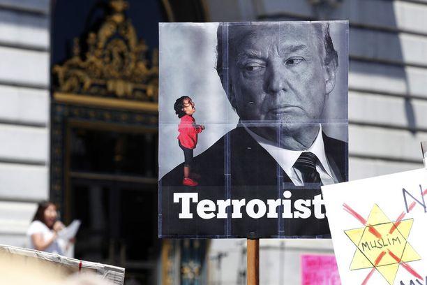 Trumpin hallinnon nollatoleranssipolitiikkaa vastaan on osoitettu mieltä ympäri Yhdysvaltoja.