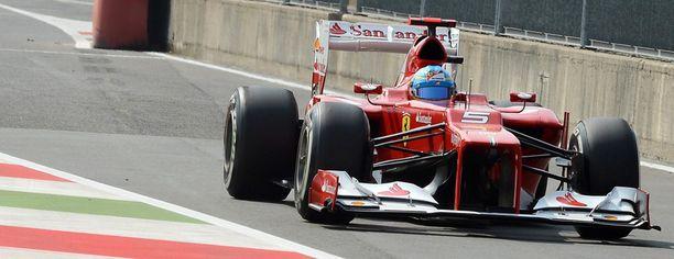 Fernando Alonso on vauhdissa Monzan radalla.