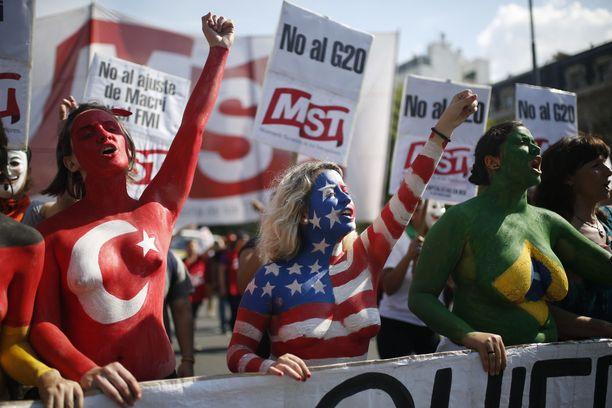 Ihmiset osoittivat mieltään johtavien G-20 teollisuusmaiden kokouksessa Argentiinassa.