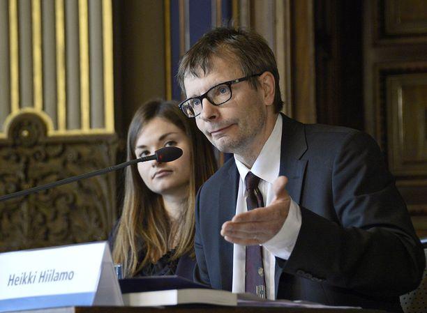 Helsingin yliopiston sosiaalipolitiikan professori Heikki Hiilamo sanoo, että valinnanvapauslaki ei olisi palannut lähtöruutuun, jos hallitus olisi kuunnellut asiantuntijoita jo viime keväänä.