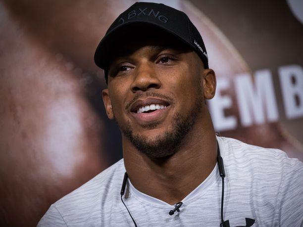 Anthony Joshualla on nyrkkeilijöille ominaiseen tapaan jykevä kaula. Daily Mail -lehden mukaan Joshuan kaulan ympärysmitta on noin 40 senttiä.